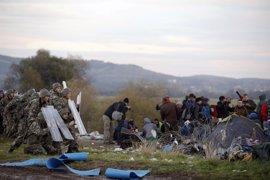 Cientos de inmigrantes asaltan la frontera entre Grecia y Macedonia