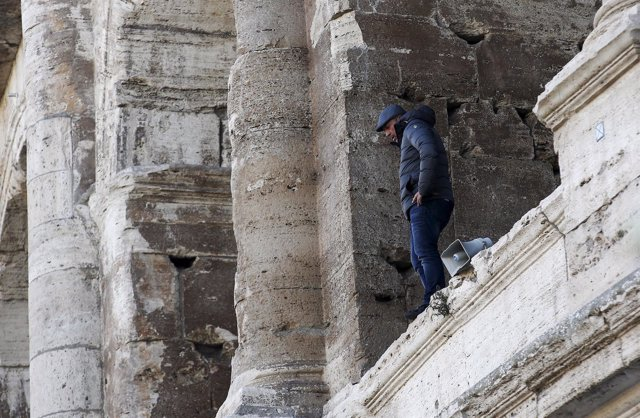 Un hombre se sube a una de las cornisas del Coliseo para protestar contra el vet