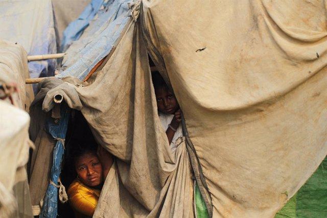 Familia de refugiados de Birmania en un campo de refugiados