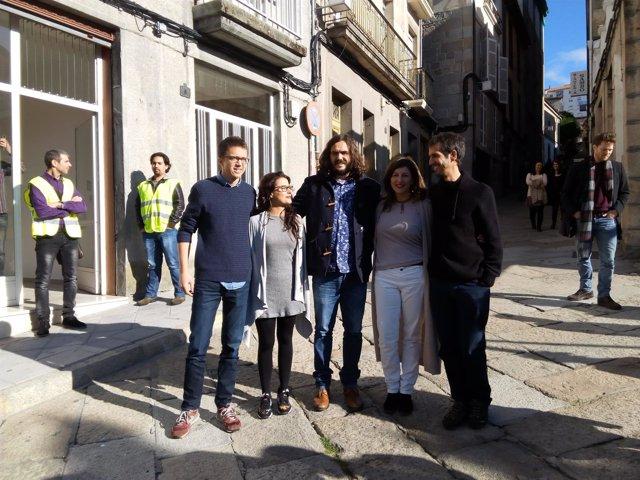 El secretario político de Podemos, Íñigo Errejón, con miembros de En Marea