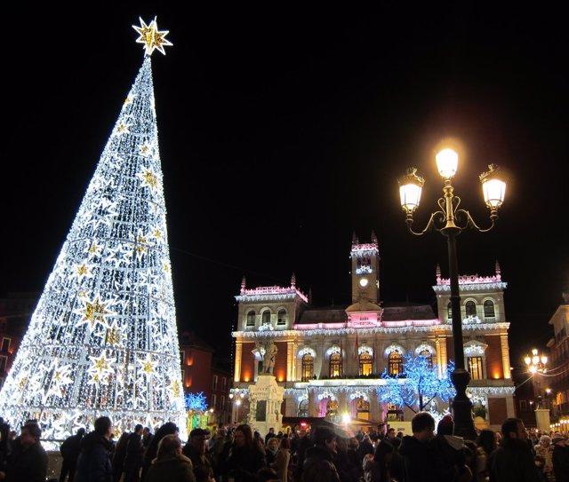 El Ayuntamiento y la Plaza Mayor con la iluminación navideña
