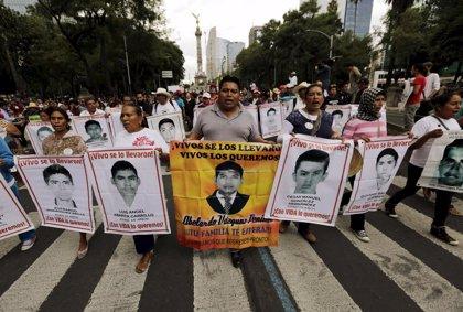Padres de normalistas de Ayotzinapa levantan su acampada frente a la casa de Peña Nieto
