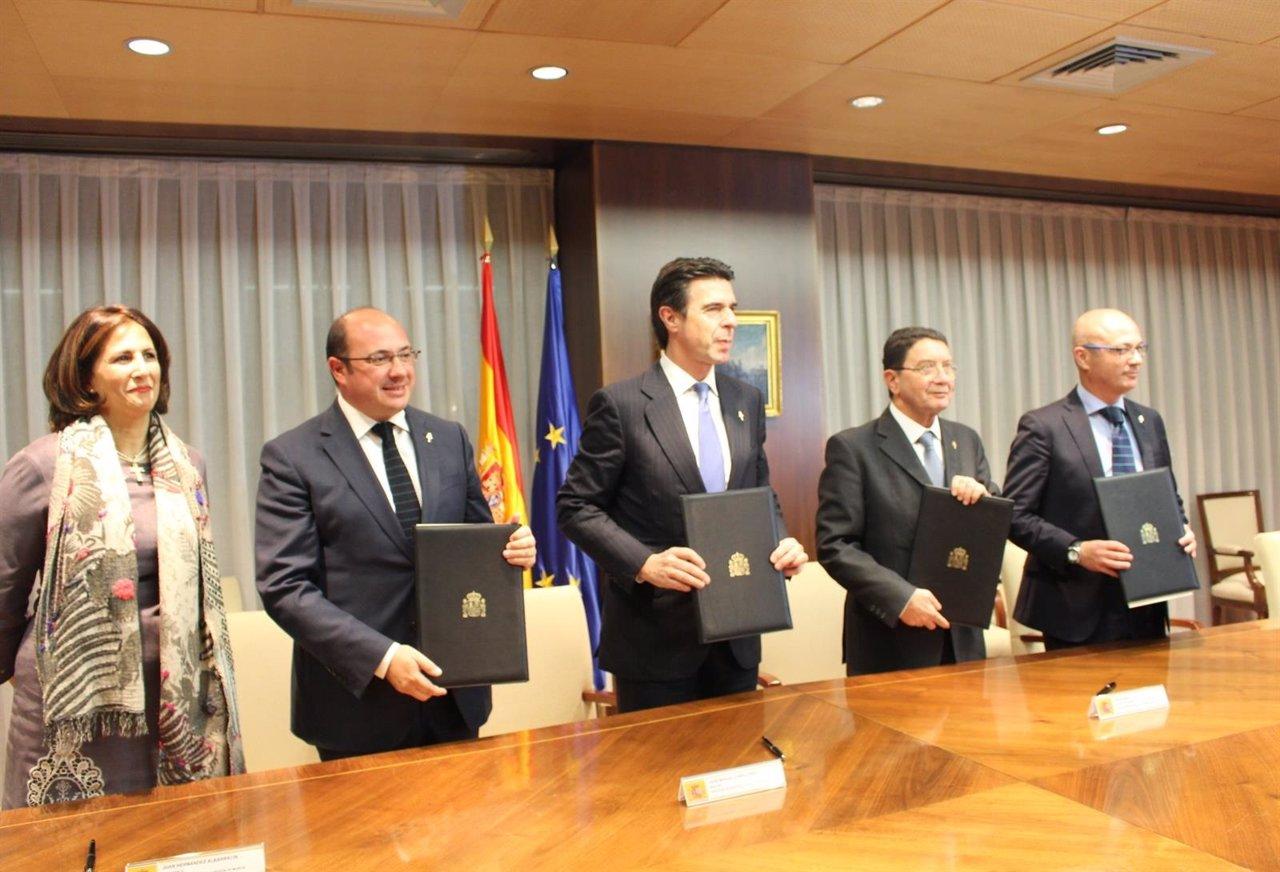FOTO/Firma De Acuerdo Entre La Comunidad, El Ministerio De Industria Y La OMT