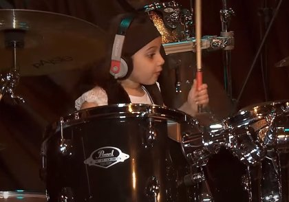 Vídeo: Una niña de 5 años toca salvajemente con la batería Chop Suey! de System of a Down