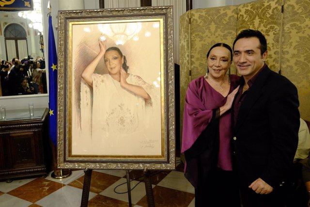 Betty Missiego con el pintor Antonio Montiel