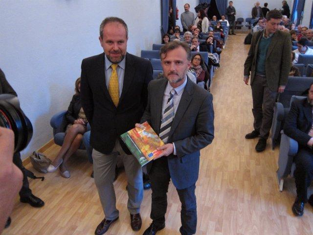Fiscal (dcha.) y el delegado de Medio Ambienteen Córdoba muestran el IMA 2014