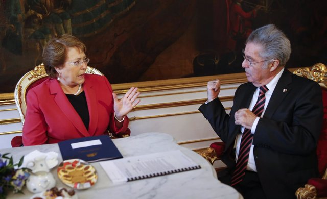 Austria's President Fischer talks with Chile's President Bachelet in Fischer's o