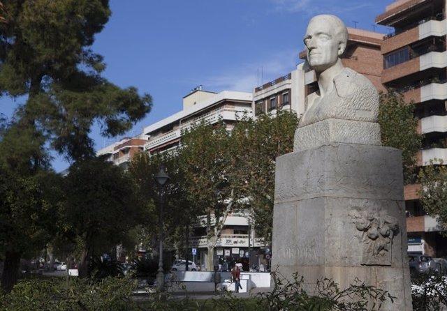 El busto de Mateo Inurria, restaurado y de nuevo en su pedestal