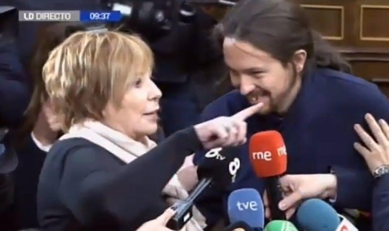 Celia Villalobos y Pablo Iglesias en un debate en el Congreso