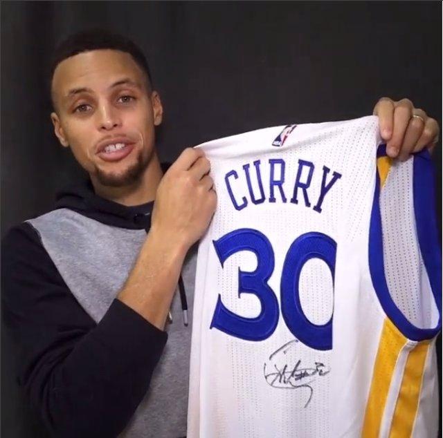 Stephen Curry regala a Messi su camiseta con el número 30
