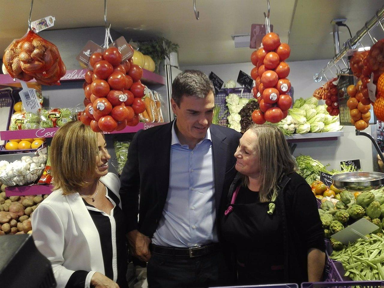 Pedro Sánchez y Chacón pasean por un mercado de Barcelona