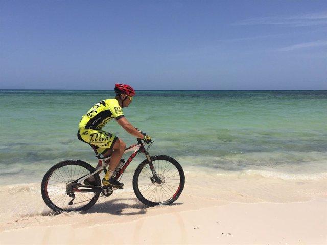 Un 'biker' por una playa de Cuba