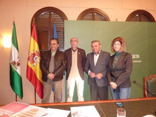 Alcalde (centro) presenta las actividades para el puente de la Constitución
