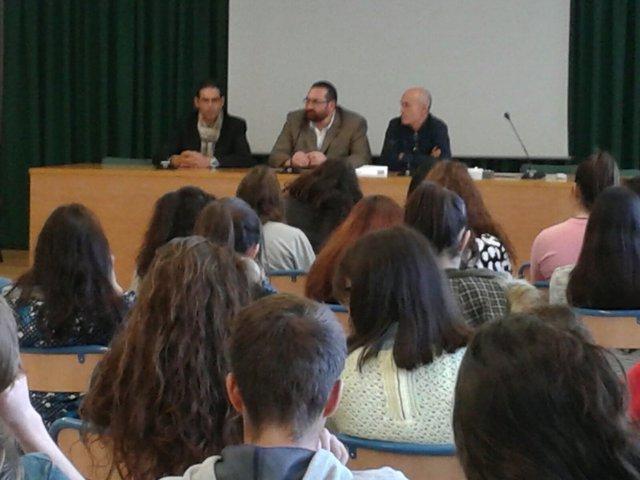 El delegado junto a profesores y alumnos del colegio de Íllora.