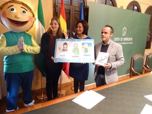 Crespín (centro) presenta el calendario de la Asociación Autismo Córdoba