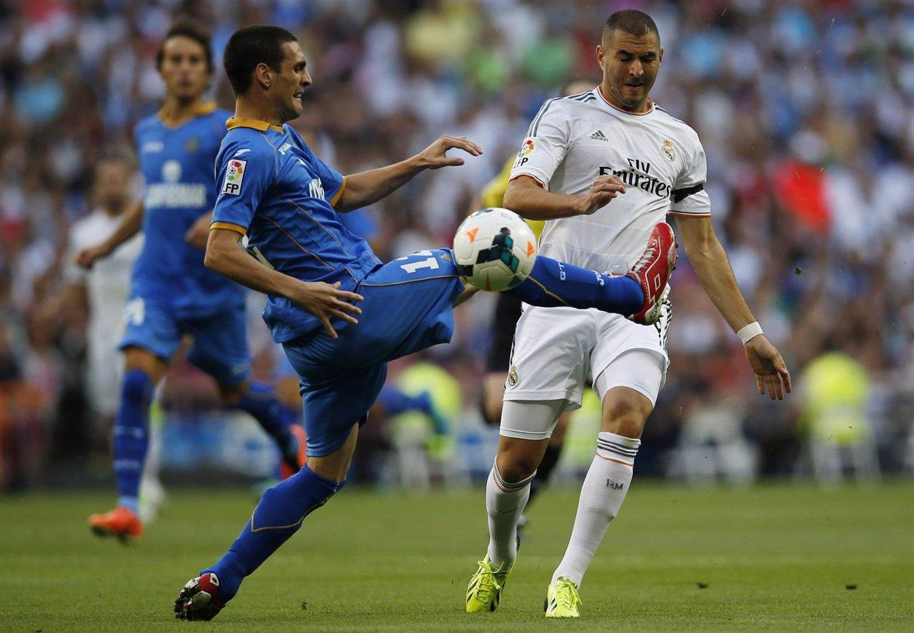 Karim Benzema ante un jugador del Getafe