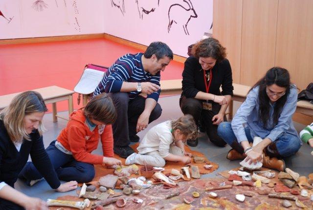 Familias en un taller del Museo Altamira