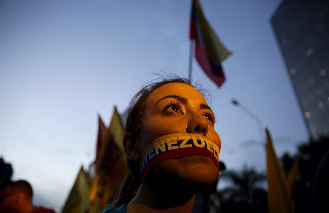 Simpatizante de la oposición con la boca tapada en Venezuela