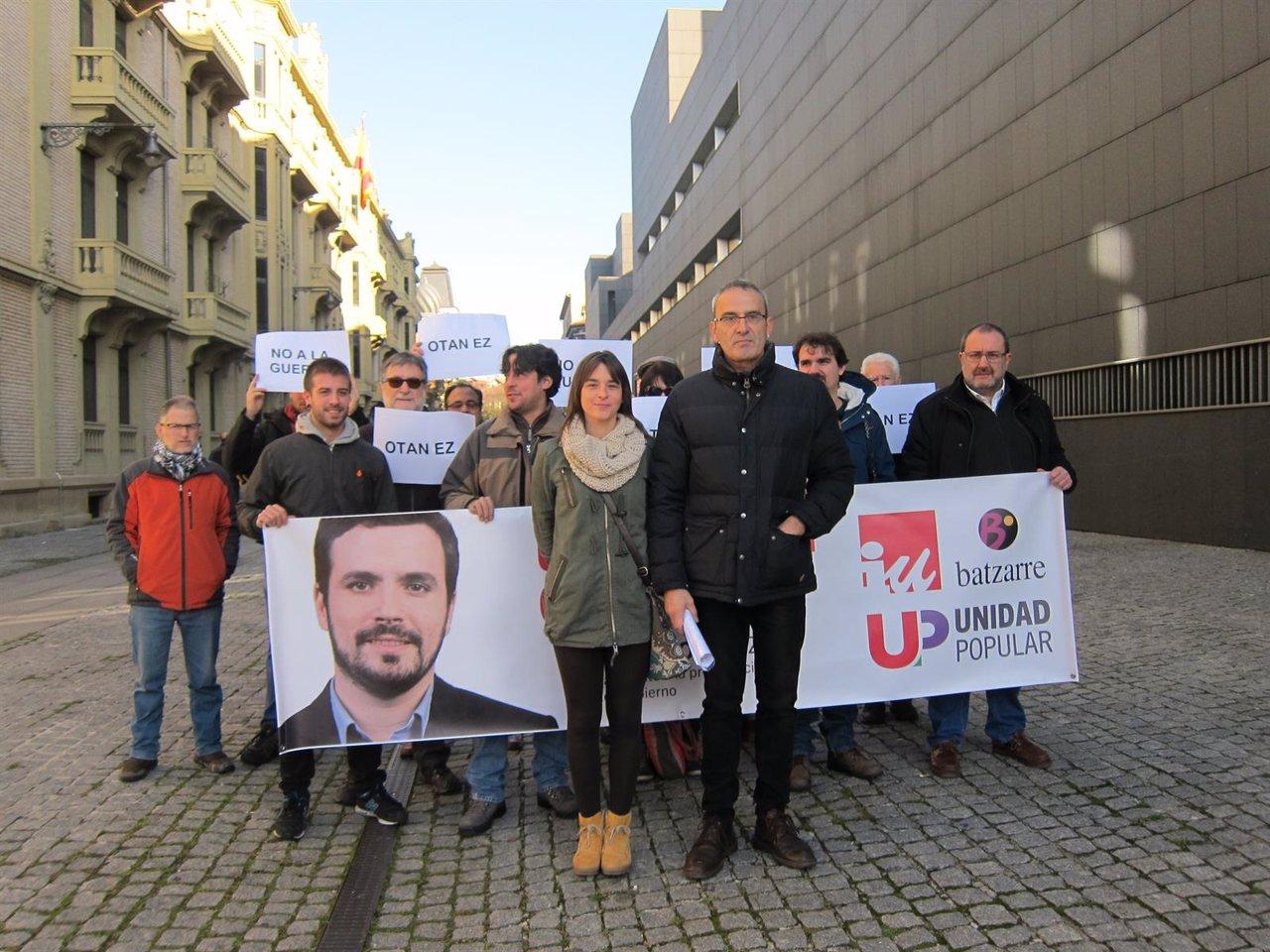 Candidatos de Unidad Popular junto a simpatizantes
