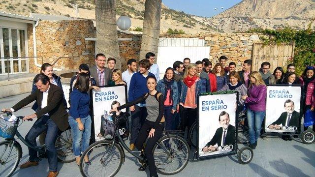 Andrea Levy en una bicicleta de propaganda electoral en Alicante
