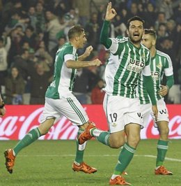 Jorge Molina celebra un gol con el Betis
