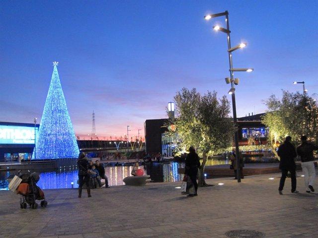 Zona de paseo en el Centro Comercial Puerto Venecia en Zaragoza