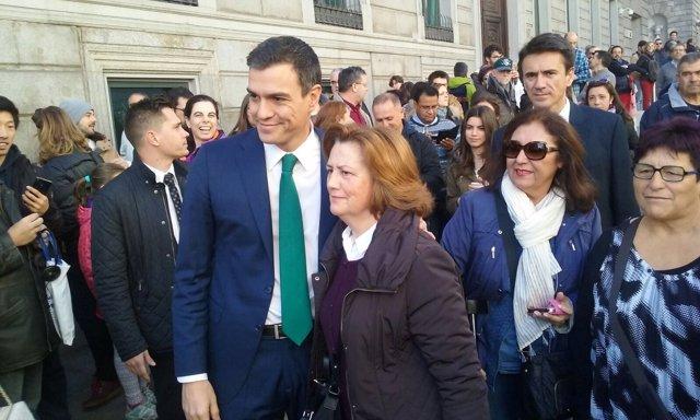 Pedro Sánchez se fotografía con ciudadanos
