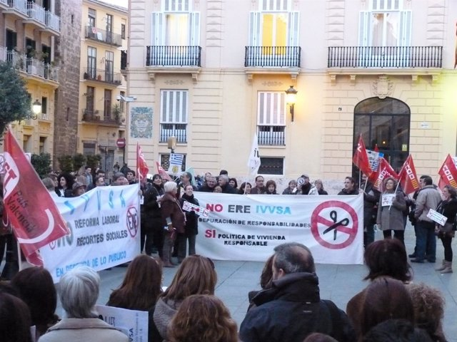 Concentración De Trabajadores Del Ivvsa Ante El Palau De La Generalitat.