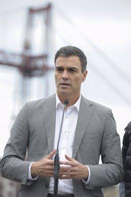 Pedro Sánchez atiende a los medios en Portugalete