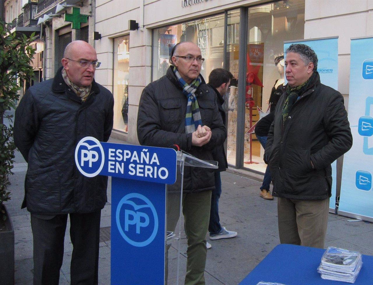 Jesus Julio Carnero, Ramiro Ruiz Medrano y Tomás Burgos en el acto de NNGG