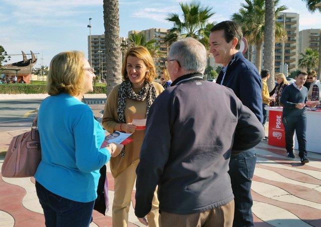 La candidata socialista Sonia Ferrer reparte folletos en Almería