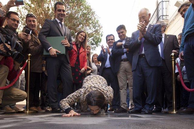 La actriz Ángela Molina besa la estrella con su nombre en el Paseo de la Fama