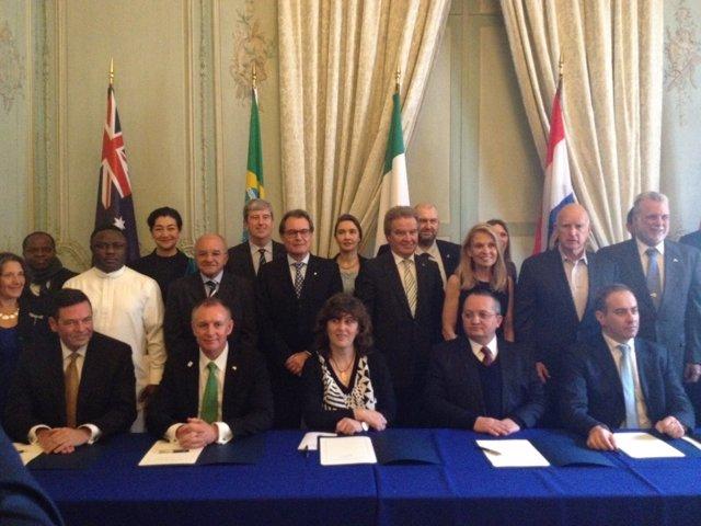 El pte.Artur Mas firma el pacto Under2MOU en París