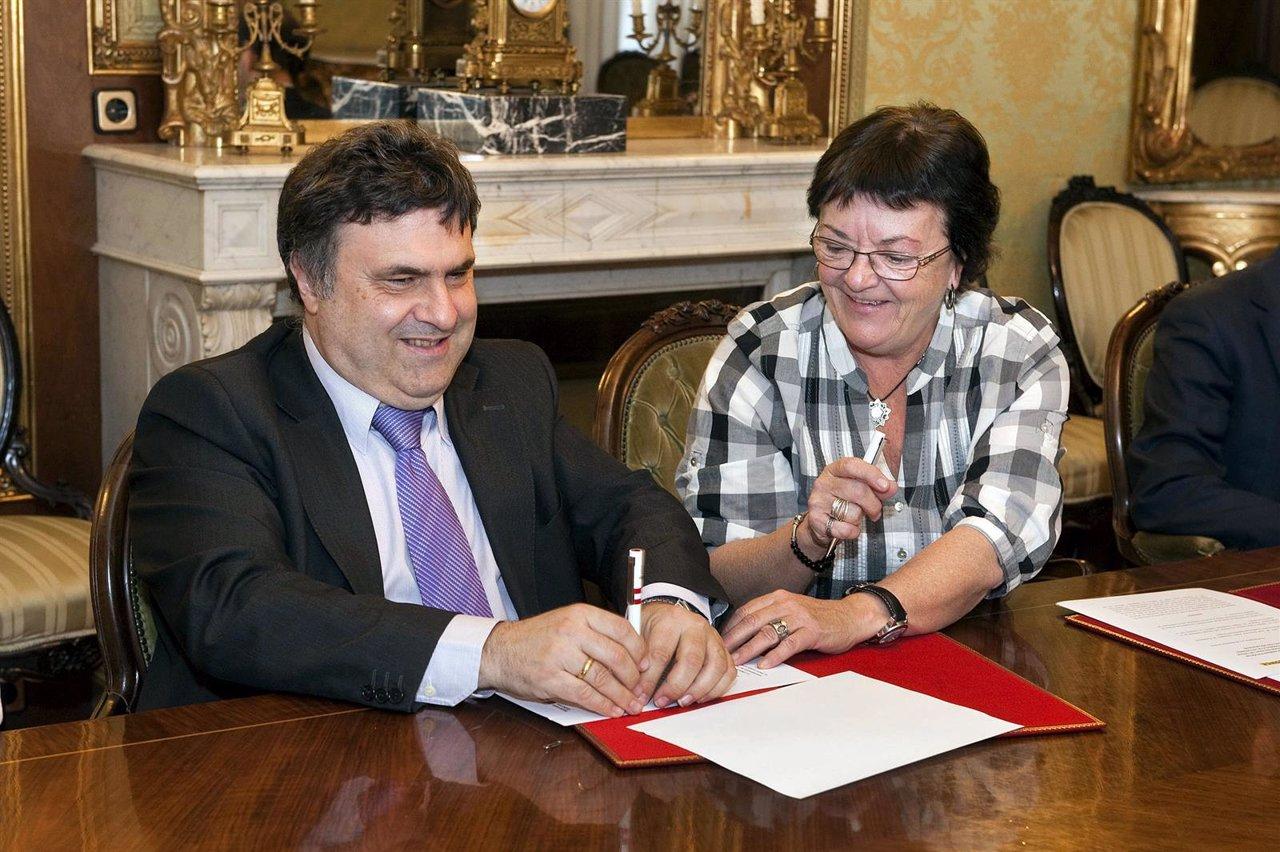Valentín Fortún firma el convenio en presencia de la consejera Beaumont