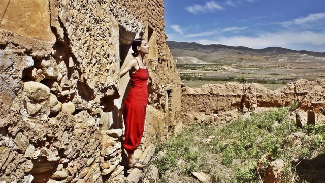 La actriz Eva Rufo, en Torralba de Ribota, participando en este proyecto