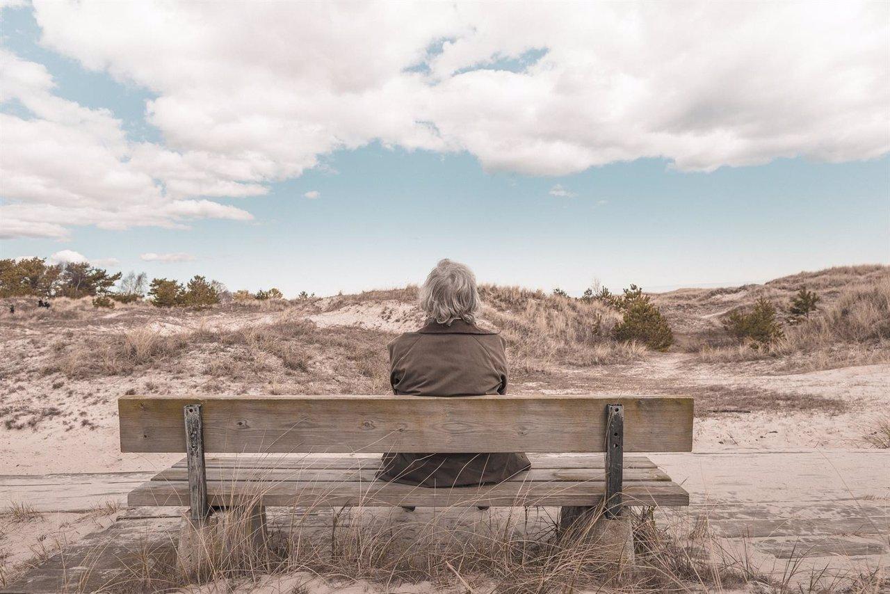 Anciana, mayor, sentada