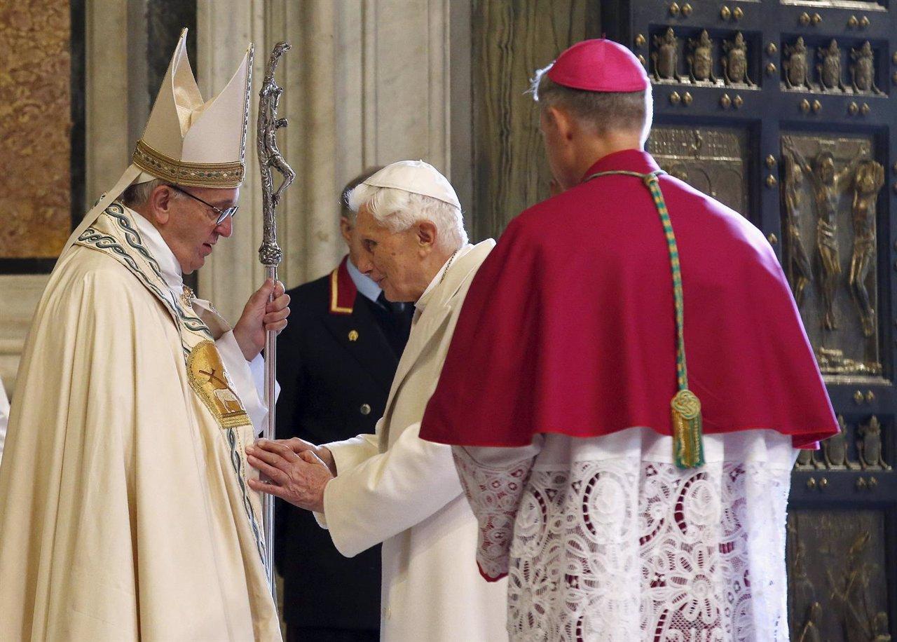 Papa Francisco con Papa Benedicto XVI en el Jubileo de la Misericordia