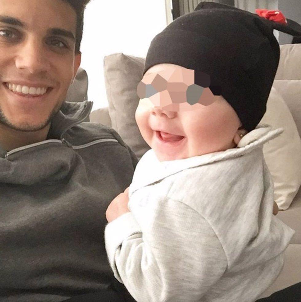 Marc Bartra y su hija Gala