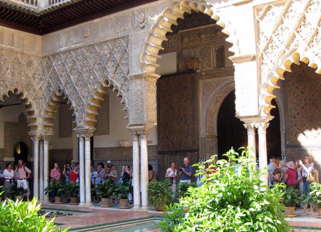 Turistas en el Real Alcázar de Sevilla