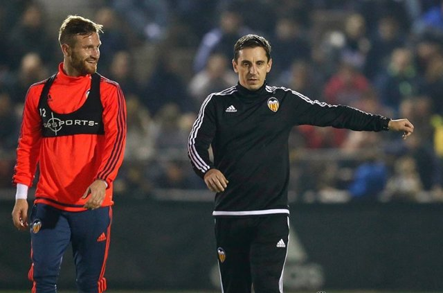 Gary Neville y Shkodran Mustafi (Valencia)