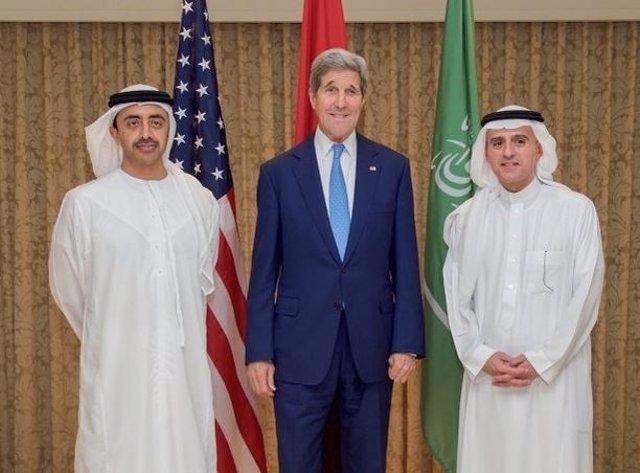 El secretario de Estado norteamericano, John Kerry, con dirigentes emiratíes
