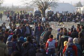 Grecia traslada a miles de refugiados de la frontera con Macedonia a Atenas