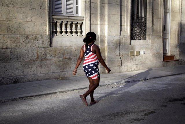 Una mujer con los colores de EEUU pase por La Habana