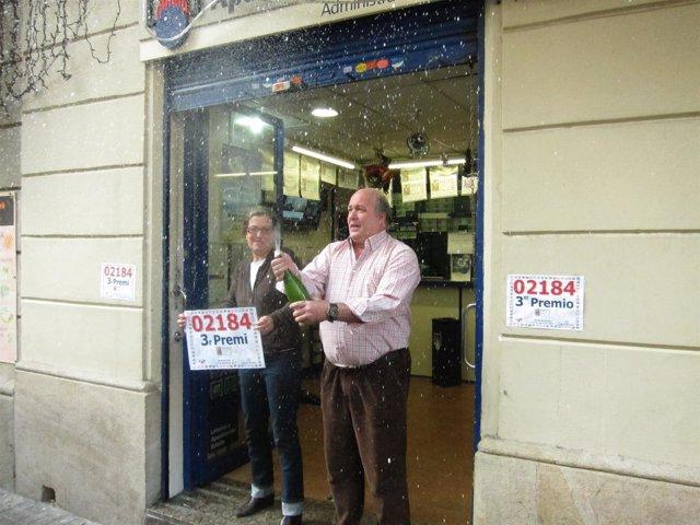 Un Lotero De La Calle Rosselló Celebra El Tercer Premio Del Sorteo De Navidad