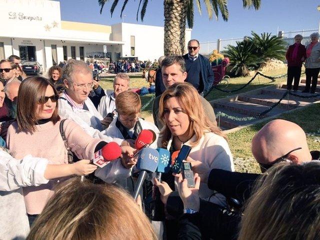 Susana Díaz atiende a los medios durante una visita a Estepa
