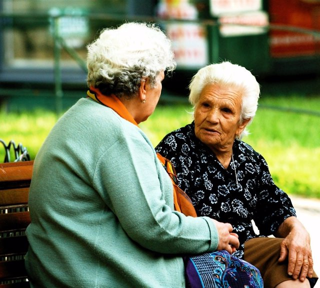 Mujeres mayores hablando