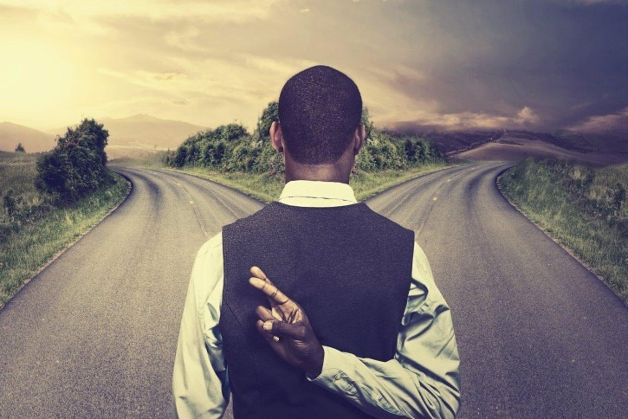 Hombre, cruce de caminos, intuición