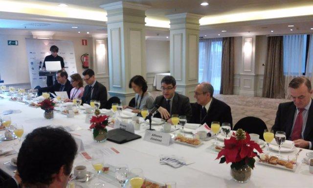 Álvaro Nadal participa en un desayuno de la AED
