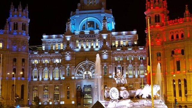 El Palacio de Cibeles iluminado con los colores de Francia