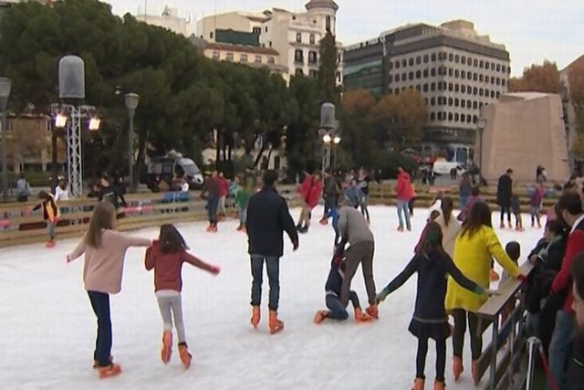 Las familias disfrutan de la pista de hielo de Navidad